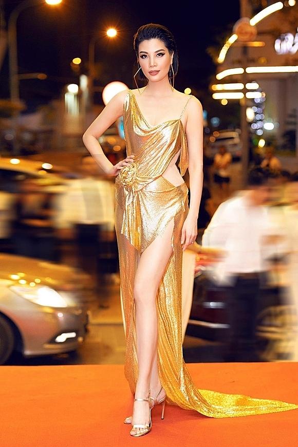 Cựu siêu mẫu - doanh nhân Vũ Cẩm Nhung gần đây hâm nóng lại tên tuổi khi phát hành tự truyện Bao giờ là đúng lúc.