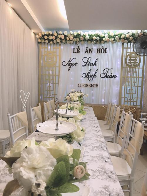Không gian được tô điểm với hoa hồng. Cô dâu chọn lựa ghế Chiavari màu trắng, trang trí bởi voan màu vàng nhạt.