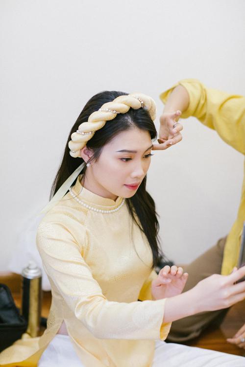 Các phù dâu diện áo dài gấm, mấn đội đầuđược thiết kế, may riêng, diện vòng ngọc trai do chính tay cô dâu chuẩn bị.