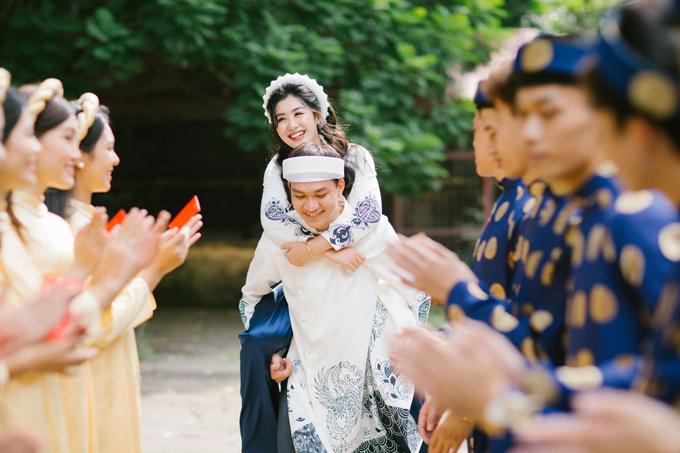 Chú rể trải qua thử thách nho nhỏ là cõng cô dâu trong lễ ăn hỏi. Cặp 9X đang tất bật chuẩn bị cho lễ cưới sẽ diễn ra vào ngày 22/10.