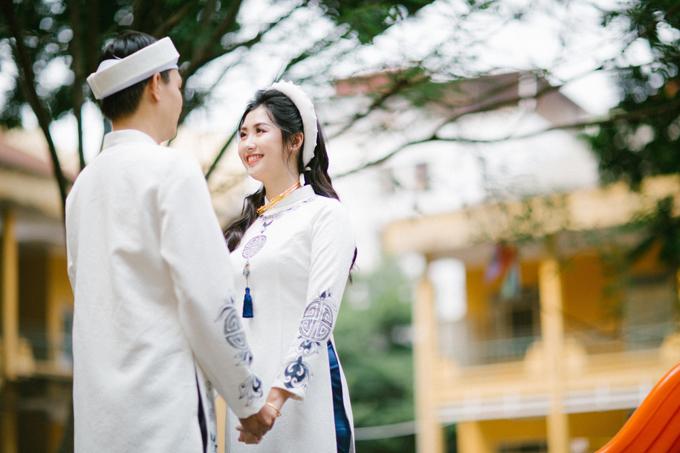 Cô dâu chú rể chọn lựa áo dài có họa tiết cung đình xưa, mang tông trắng xanh.