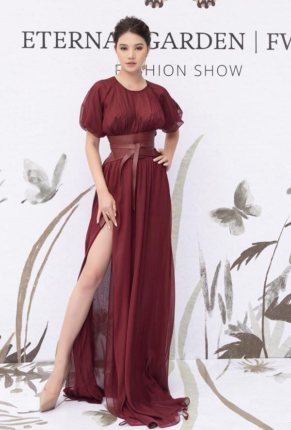 Sau khi xuất hiện trên thảm đỏ, Jolie Nguyễn tiếp tục giữ vai trò verdette show thời trang.
