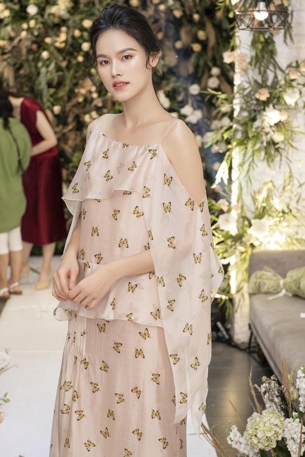Tuyết Lan là người mẫu mở màn cho đêm diễn. Cô góp mặt trong nhiều sự kiện thời trang tại Việt Nam dù kết hôn với ông xã Việt kiều và định cư ở Mỹ.