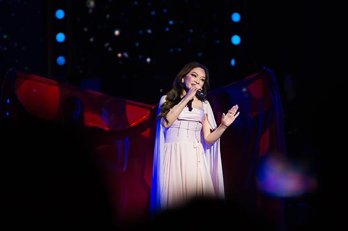 Xuất hiện ở cuối chương trình, màn song ca của Như Quỳnh và Minh Tuyết khiến khán phòng bùng nổ với ca khúc Mơ một tình yêu. Sự phụ trợ của vũ đoàn càng làm cho tiết mục thêm hoành tráng, hấp dẫn khán giả.