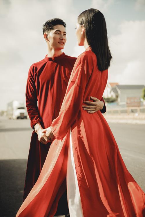 Bộ áo dài mà cả hai diện là sáng tạo của NTK Vũ Việt Hà, mang phom dáng truyền thống.