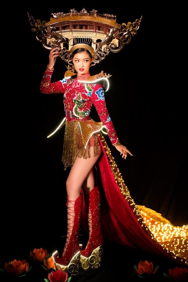 Bộ trang phục Lấy cảm hứng từ Chùa Cầu và đêm Hội An huyền diệu. Đây cũng chính là quê hương của Á hậu Kiều Loan