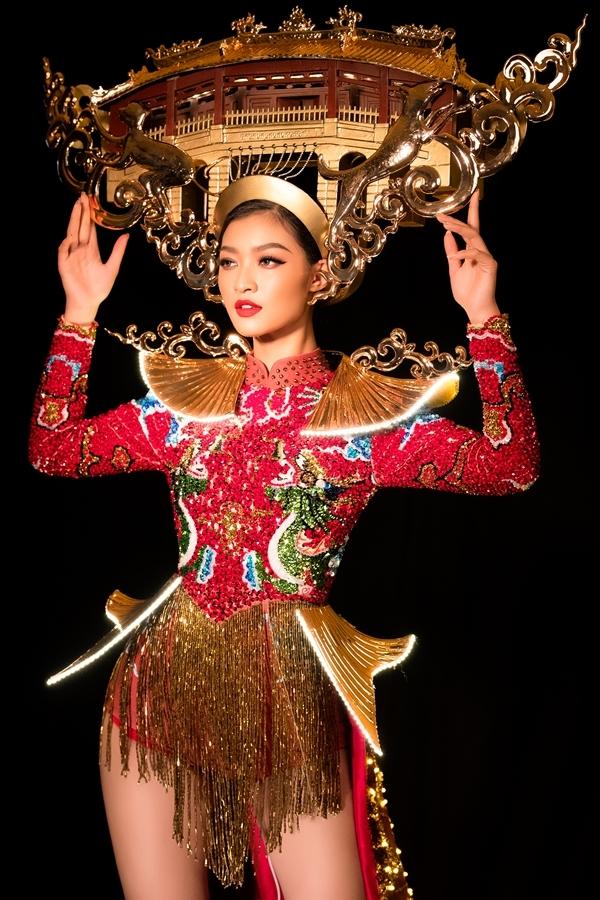 ộ trang phục được đính kết bằng pha lê tạo hiệu ứng bắt sáng, cùng các chi tiết như mấn và cầu vai được xi mạ ánh vàng
