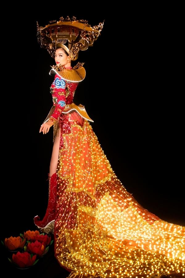 hơn 2.000 bóng đèn led được đính vào thân áo, nhằm tái dựng hình ảnh Hội An về đêm sống động, lung linh, huyền ảo.