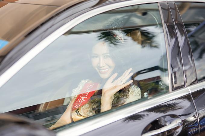 Trước đó,Dương Thuỳ Linh được ban tổ chức đưa đón bằng xe sang đến địa điểm diễn ra đêm thi chung kết.