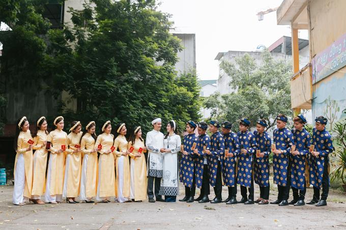 Dàn phù rể diện áo dài màu xanh họa tiết cung đình màu vàng đồng.