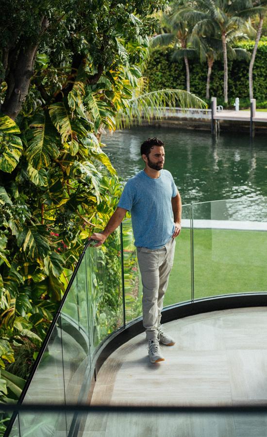 Peter Rahal, nhà sáng lập startup RxBar đứng bần thần trong căn biệt thự rộng lớn của mình. Ảnh: Medium.