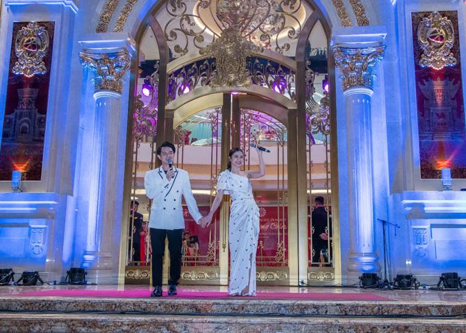 Ngoài 99 đôi trai tài – gái sắc, sự kiện còn có sự xuất hiện của Đông Nhi – Ông Cao Thắng. Cặp đôi song ca trước sự cổ vũ của khán giả. Ngày 9/11 tới, họ sẽ làm đám cưới tại Phú Quốc.