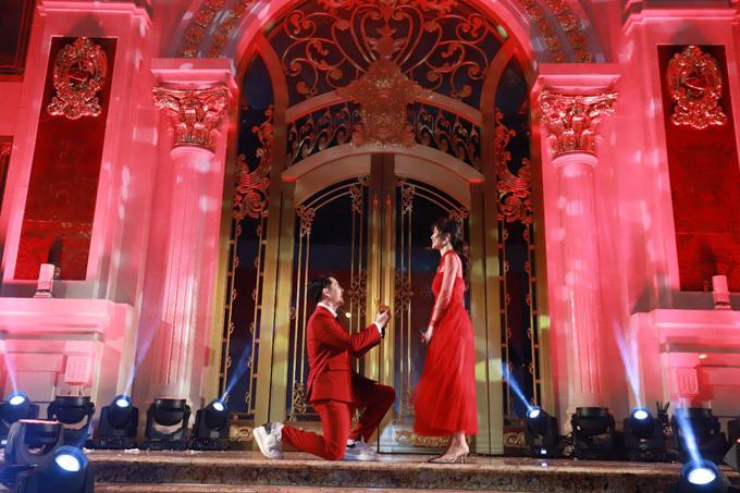Trước đó, Đông Nhi và Ông Cao Thắng đã đồng hành cùng Tập đoàn Vàng bạc Đá quý DOJI trong sự kiện khánh thành DOJI Tower (ngày 10/9). Trên sân khấu kim cương, Ông Cao Thắng mở hộp nhẫn, quỳ gối cầu hôn bạn gái.