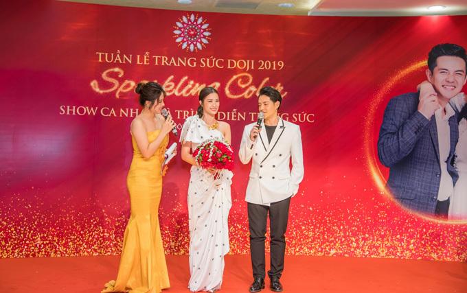 Ông Cao Thắng còn dành tặng bạn đời bó hoa cưới đặc biệt Sparkling Rose Color – bảo vật của DOJI giành được kỷ lục Bó hoa cưới đính nhiều đá quý nhất Việt Nam. (Xem thông tin chi tiết chương trình tại đây)