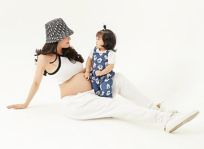 Diệp Lâm Anh và con gái.