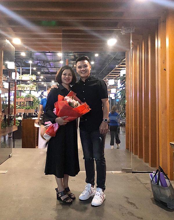 20/10 Hải chúc toàn thể phụ nữ Việt Nam luôn xinh đẹp, vui vẻ và hạnh phúc bên những người thân yêu của mình. 20/10 cũng là ngày sn của bà chị cả đẹp gái nhất trong team. Xin được chúc chị thêm tuổi mới mà vẫn xinh đẹp như tuổi đôi mươi, luôn vui vẻ và hạnh phúc bên gia đình ạ!