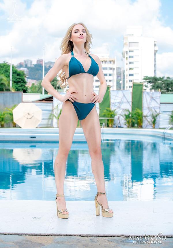 Người đẹp Latvia đứng vị trí số 8. Tuy nhiên bức ảnh của cô được cho là photoshop quá đà phần bụng.