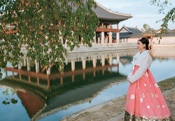 Thời gian ở Hàn Quốc Ivy còn tranh thủ diện hanbok, hoá thân nàng DaeJang Geum dạo chơi, ngắm cảnh.
