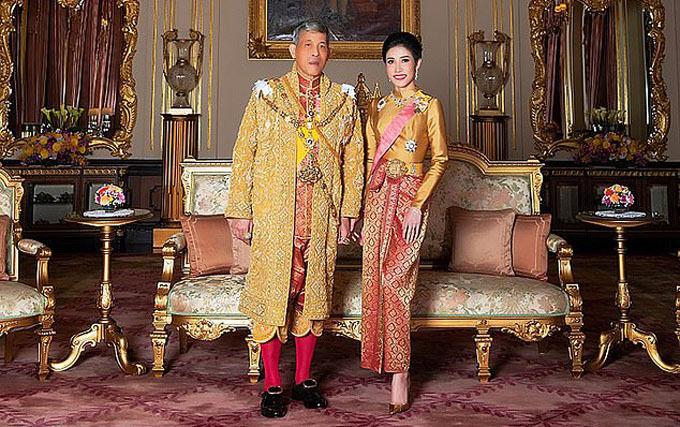 Quốc vương Rama X và Hoàng quý phi Thái Lan Sineenat Wongvajirapakdi.
