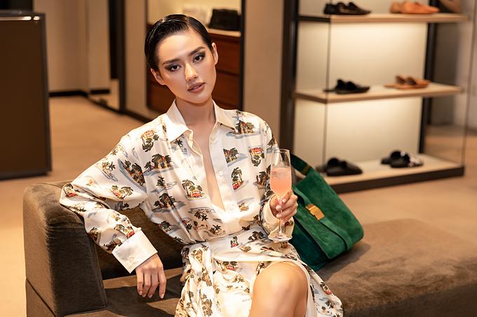 Cô em trendy - Khánh Linh tỏ ra vô cùng thích thú khi chăm chú theo dõi BST mới của Daniel Lee. Trước đấy, cô nàng cũng đã sở hữu nhiều items hot hit như túi Arco, the Pouch, giày mũi vuông của nhà mốt trứ danh này.