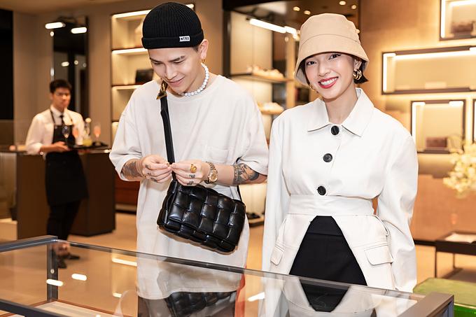 Đôi fashionista Decao - Châu Bùi luôn sánh đôi với trang phục ăn ý nhau. Với trang phục màu trắng gạo, Decao mix với túi cassette da phồng đen của Bottega.