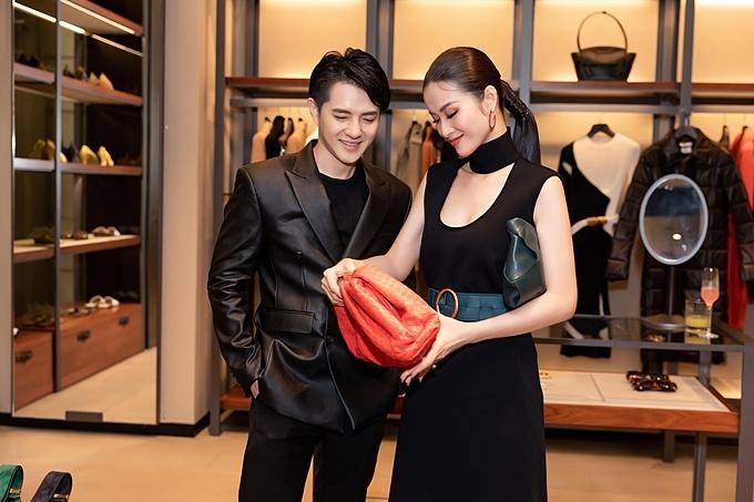 Ông Cao Thắng mặc đồng điệu tông đen với bà xã tương lai. Anh chọn áo khoác da den