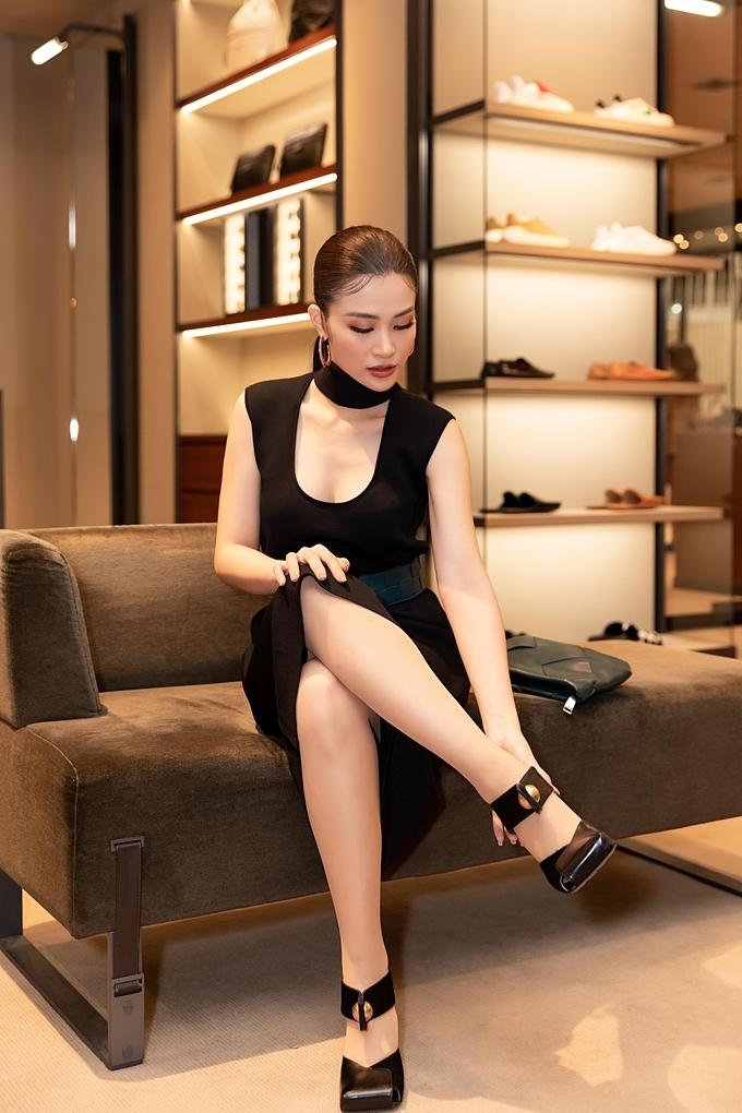Giọng ca Cô Ba Sài Gòn diện đầm đen k