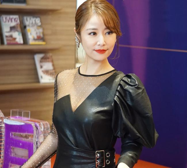 Lâm Tâm Như hôm 19/10 góp mặt trong một sự kiện ở Đài Loan. Nữ diễn viên diện đồ da bó sát, đi đôi giày cao gót hơn 10cm, trông rất xinh đẹp, gợi cảm. Trang điểm cổ điển giúp cô khoe trọn nhan sắc mặn mà.