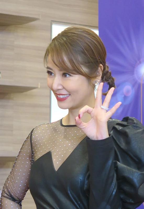 Nữ diễn viên khoe chiếc nhẫn cưới lấp lánh trên tay.