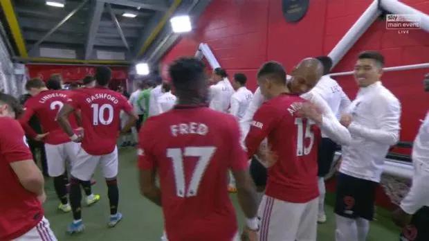 Firmino và Fabinho bên phía Liverpool tươi cười chào hỏi hai đồng hương Fred và Andreas Pereira của MU