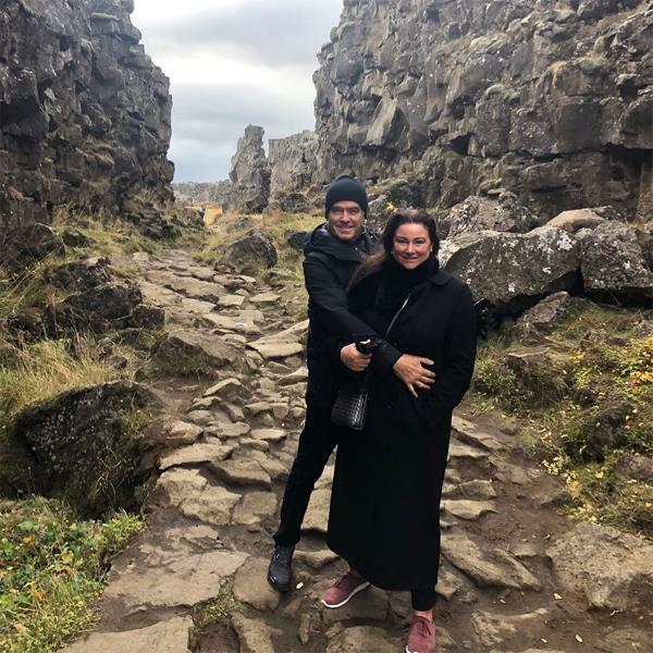 Trước khi tới Italy, vợ chồng Brosnan đến thăm Công viên Quốc gia Iceland. Nam diễn viên chia sẻ khoảnh khắc tình cảm bên bà xã với người hâm mộ trên Instagram.