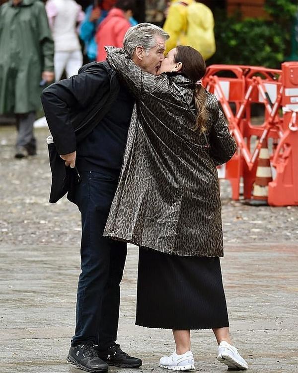 Thi thoảng, họ dừng lại trao nhau nụ hôn say đắm.
