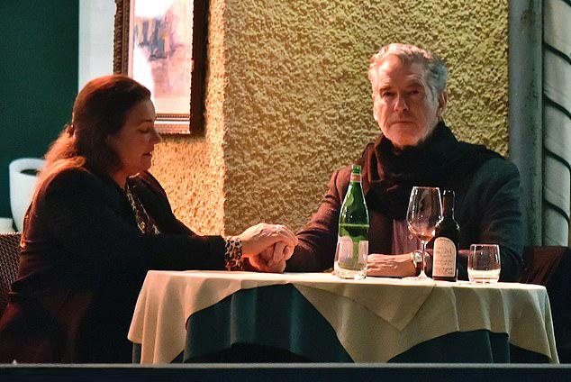 Sau hơn 20 năm gắn bó, Pierce Brosnan và vợ vẫn luôn giữ sự lãng mạn, nồng ấm của tình yêu. Tài tử Tomorrow Never Dies cân đối công việc đóng phim với thời gian dành cho gia đình.