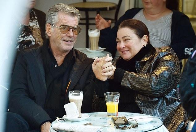 Tại một quán cafe, cặp sao cũng không rời tay nhau.