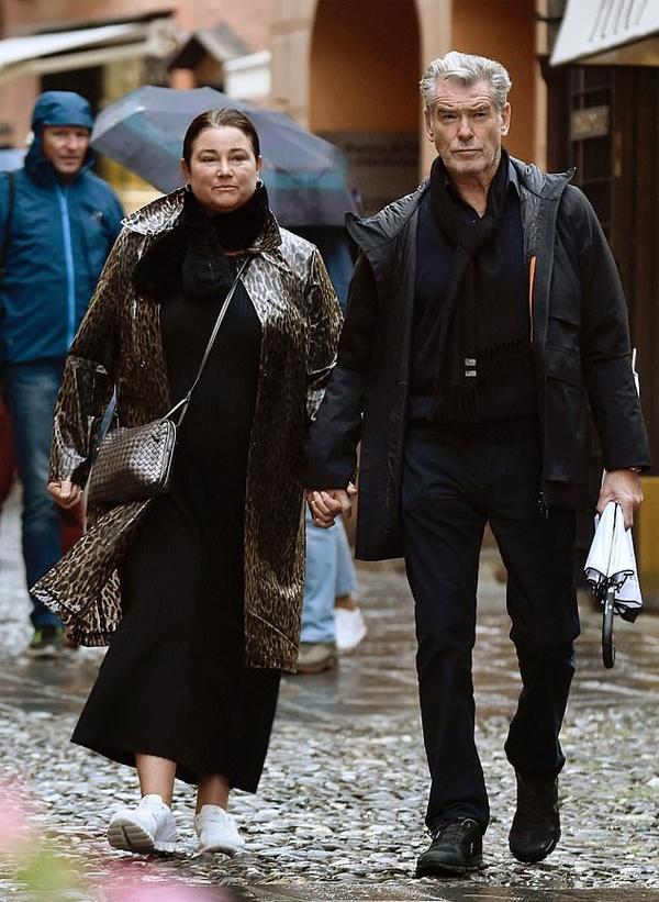Vợ chồng Pierce Brosnan có chuyến du lịch riêng tới Italy trong 3 ngày cuối tuần. Tài tử và vợ được trông thấy đi dạo ngắm cảnh ở Portofino hôm 18/10.