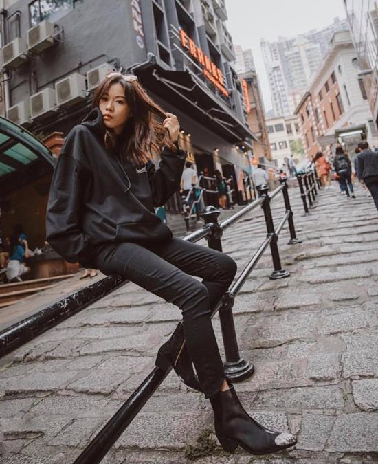 Bên cạnh các kiểu mix-match bốt cùng những trang phục cá tính, các cô nàng yêu sự đơn giản có thể sử dụng phụ kiện hot trend cùng jeans và áo hoodie.