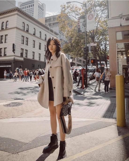 Phối đồ theo phong cách trên đông, dưới hè là công thức được nhiều cô nàng yêu thích ở những ngày se lạnh. Phụ kiện túi đeo chéo, bốt da đen hài hòa màu sắc sẽ khiến set đồ màu trung tính có tổng thể hoàn hảo.