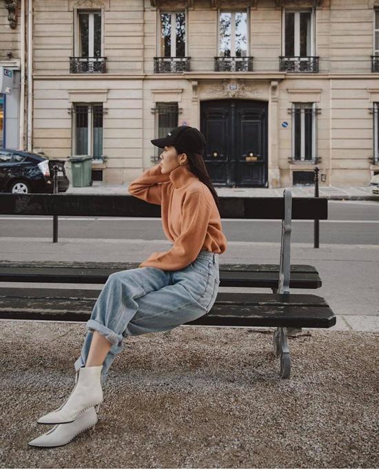 Khi mix áo cổ lọ cùng quần jeans lưng cao, các nàng đỏm dáng có thể chọn thêm các mẫu ankle boots, bốt gót nhọn... để tăng phần cá tính.