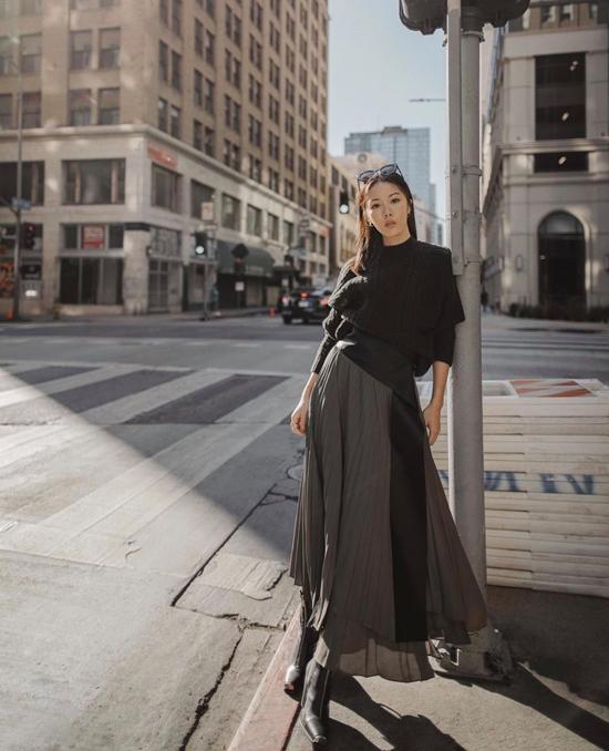 Cách phối hợp áo len, áo nỉ dáng rộng cùng các kiểu chân váy mùa hè cũng được nhiều fashionista ưa chuộng ở mùa mốt 2019.