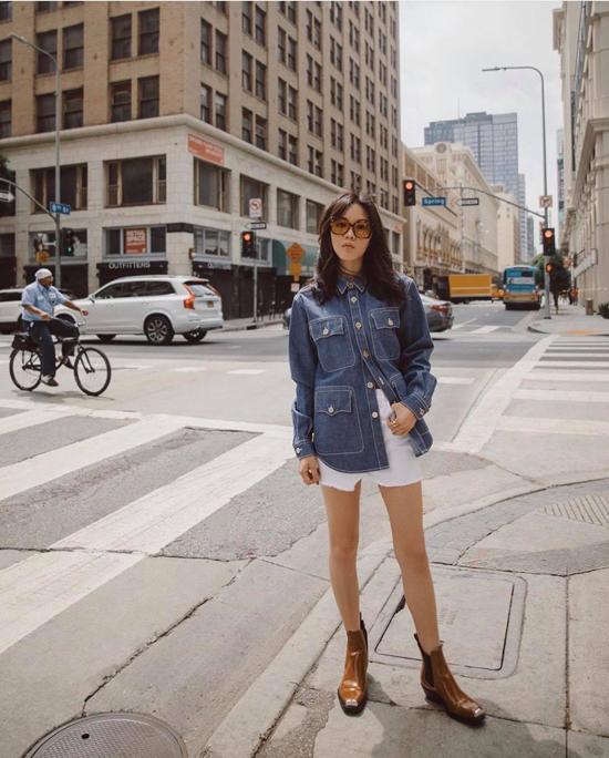 Chút tính nghịch và trẻ trung cho bạn gái khi xuống phố mùa thu với cách mix áo jeans, short và bốt nâu dáng cơ bản.