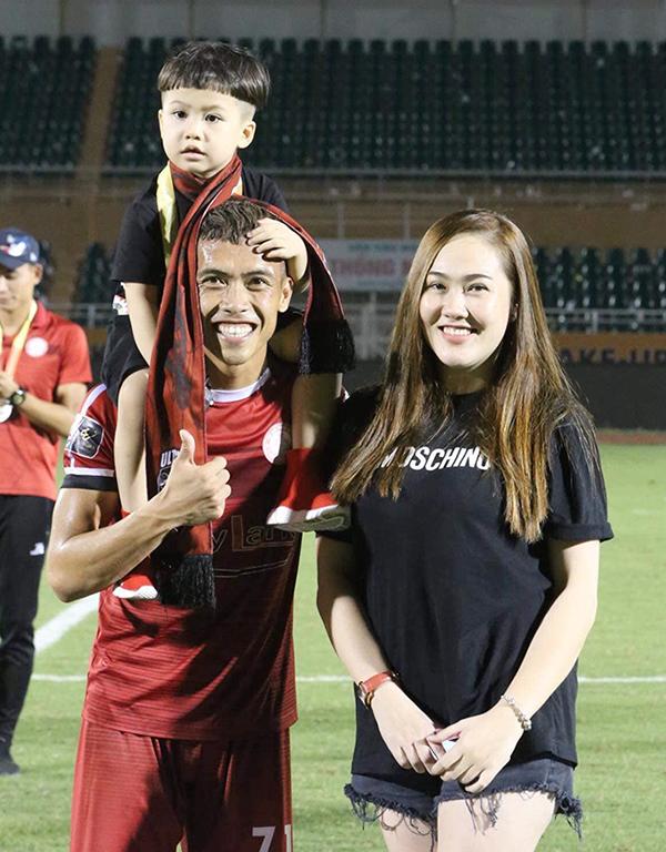 Hậu vệ Nguyễn Công Thành đăng ảnh chụp cùng vợ và con trai trên sân Thống Nhất sau khi nhận HC bạc V-League 2019. Anh coi đây như một món quà to tặng vợ.