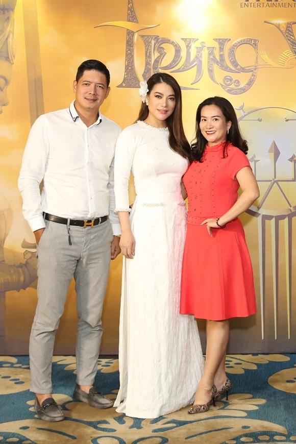 Diễn viên Bình Minh cùng bà xã doanh nhân Anh Thơ tới chúc mừng Trương Ngọc Ánh.