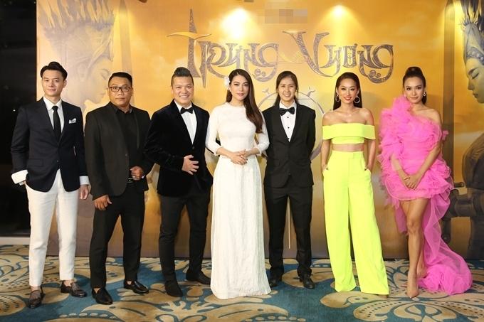 Đạo diễn Cường Ngô - tác giả phim Hương Ga (thứ ba từ trái sang) cùng dàn khách mời trong sự kiện của Trương Ngọc Ánh.