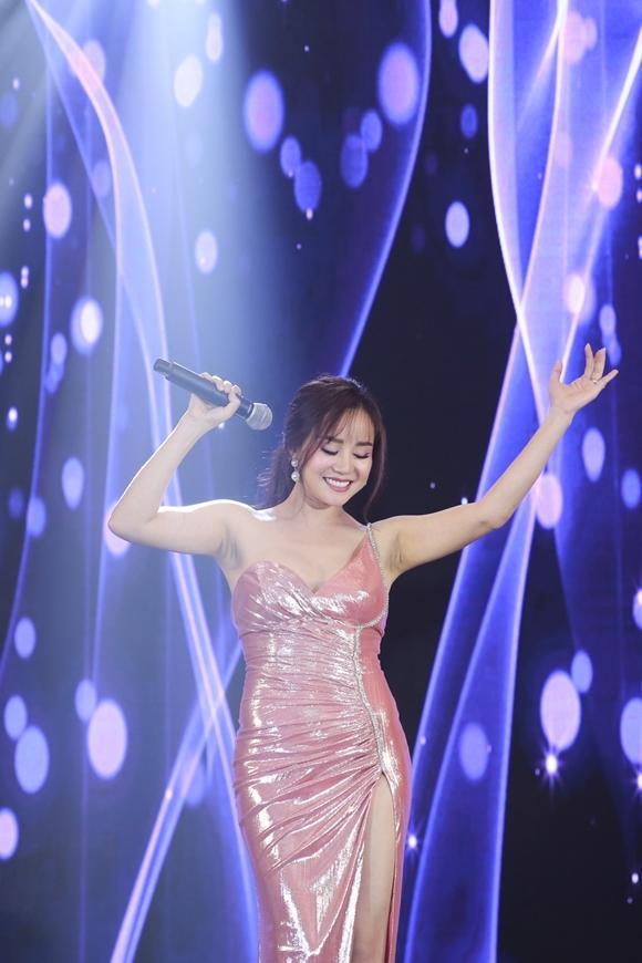 Ca sĩ Vy Oanh mang đến phần trình diễn sôi động.