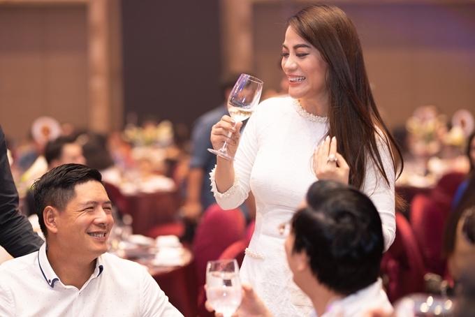 Đi chúc rượu từng bàn tiệc, Trương Ngọc Ánh nói đùa, cô cảm thấy buổi tiệc tối này giống như đám cưới lần thứ hai của cô. Gần đây, người đẹp giành nhiều giải quốc tế và giải Nhà sản xuất của năm được một giải thưởng trong nước vinh danh hôm 18/10.