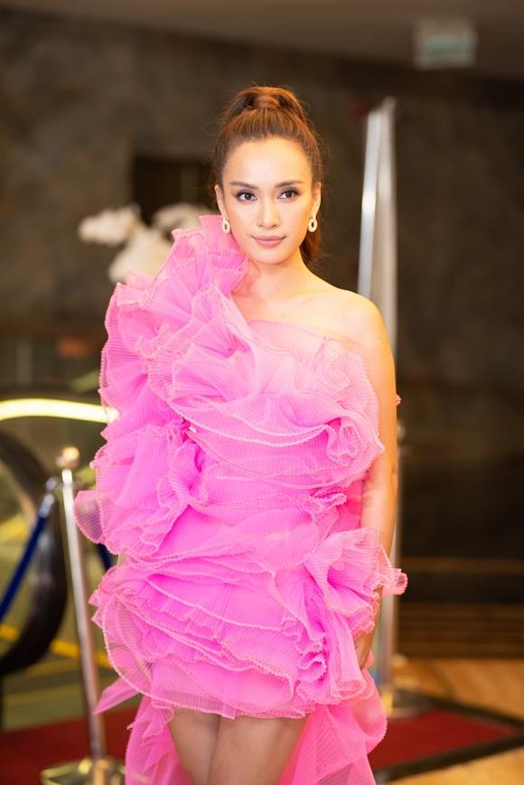 Ca sĩ Ái Phương tham gia biểu diễn trong sự kiện tối qua và góp giọng trong một ca khúc nhạc phim của Trưng Vương.