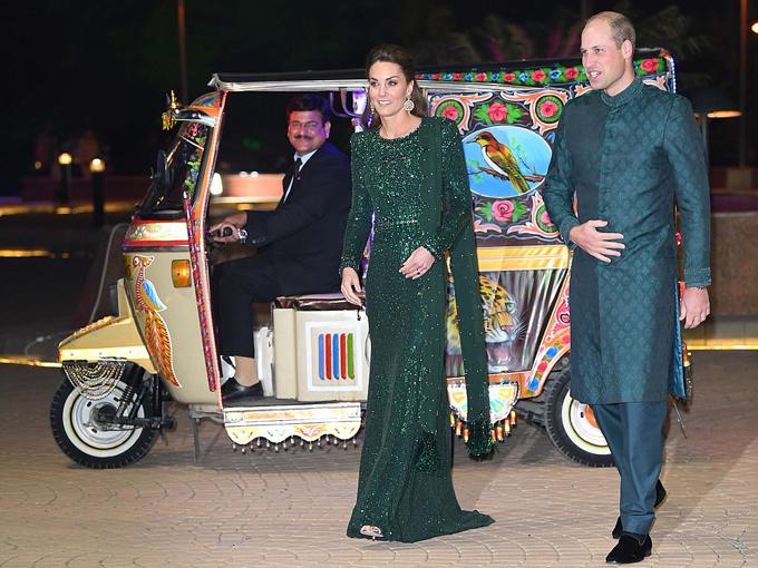 Kate mặc váy xanh lộng lẫy và Hoàng tử William mặc trang phục truyền thống của Pakistan khi tới thăm Tượng đài quốc gia ở thủ đô Islamabad tối 15/10. Ảnh: AP.