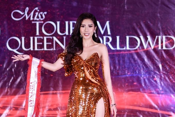 Yến Nhung trình diễn bộ váy màu cam ánh kim của nhà thiết kế Kevin Long.