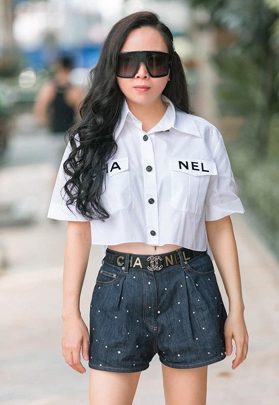 Phượng Chanel thích biến hoá với nhiều phong cách thời trang khác nhau. Khi dự các buổt tiệc của làng giải trí nữ doanh nhânluôn mặc lộng lẫy, điệu đà. Trong hoạt động đời thường cô chuộng váy áo kiểu dáng đơn giản, thoải mái.
