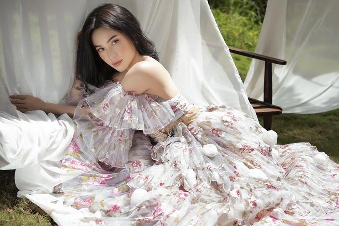 Sau khi công khai người yêu là diễn viên Huỳnh Phương, nữ ca sĩ tiếp tục theo đuổi phong cách gợi cảm.